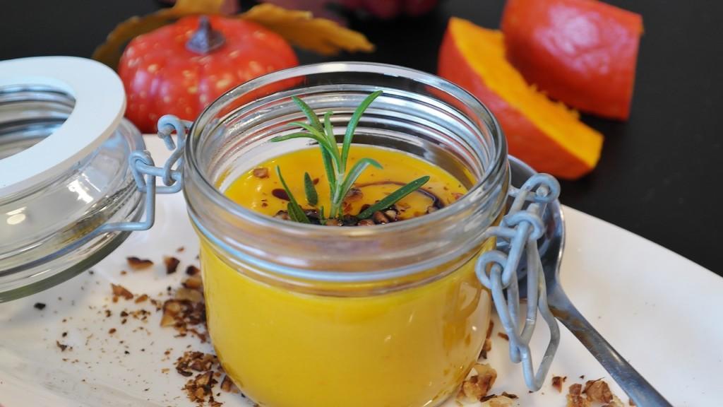 Krémová-polévka-z-dýně-Hokkaidó-s-chia-semínky-a-bylinkami-4 - Krémová polévka z dýně Hokkaidó s chia semínky a bylinkami